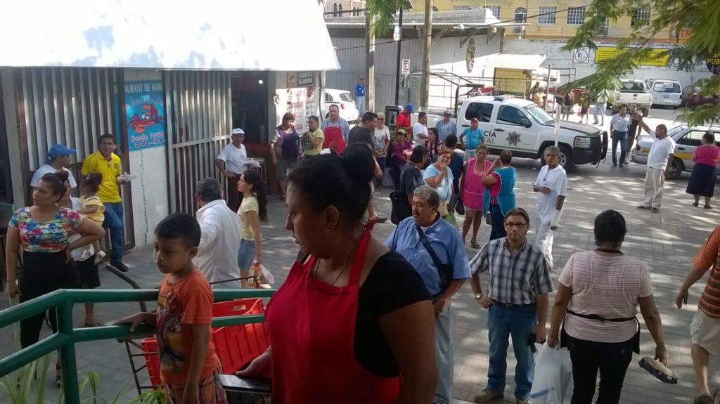 Hondureños varados en Tampico venden artesanías para comer