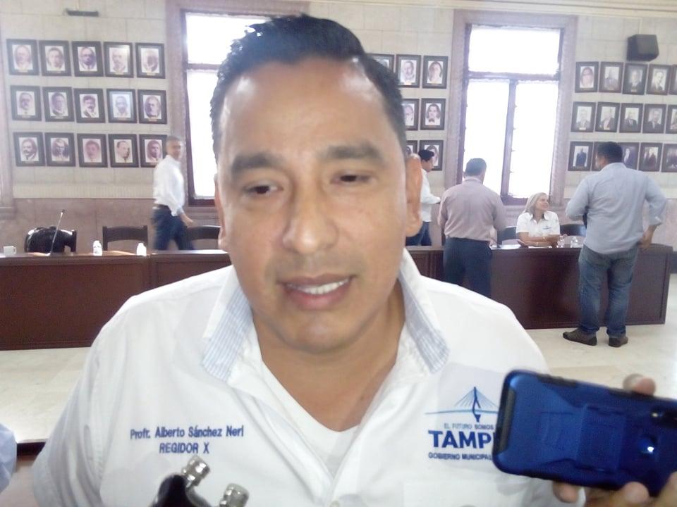 Acusa edil ineptitud de Secretario de Administración de Tampico