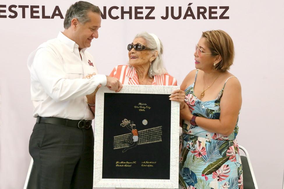 Reconoce Gobierno de Madero trayectoria de la Profesora Estela Sánchez Juárez
