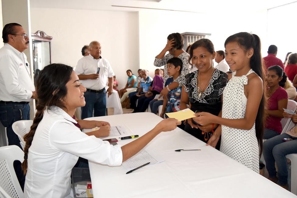 Otorgan en Madero apoyos educativos a estudiantes
