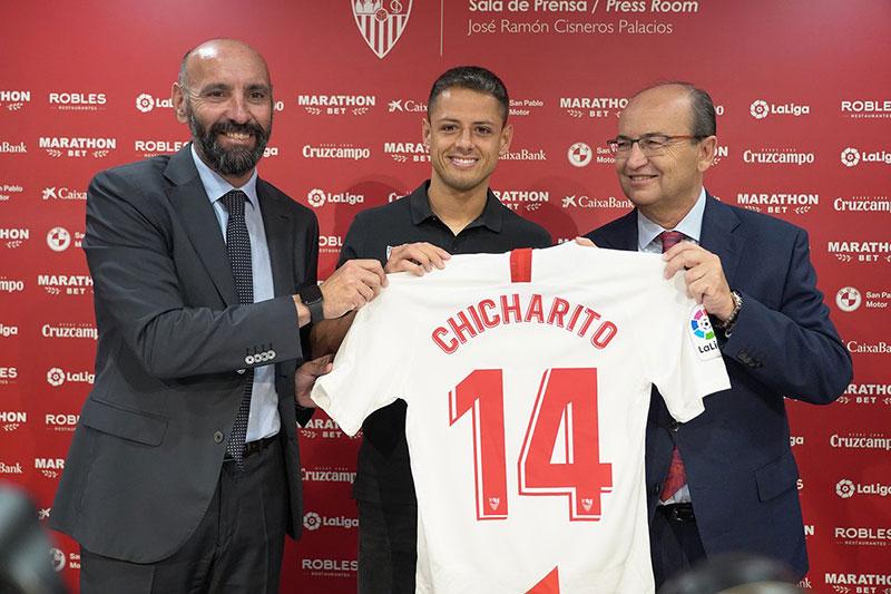 Oficializan llegada del 'Chicharito' al club Sevilla