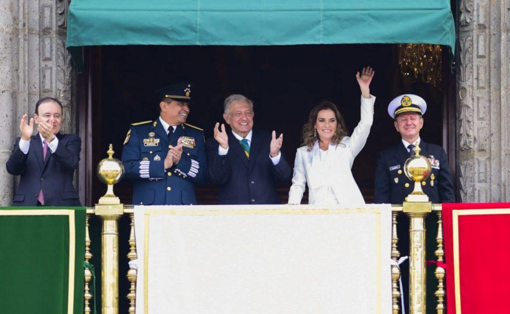 Sin invitados y con nuevos participantes, el primer desfile de AMLO