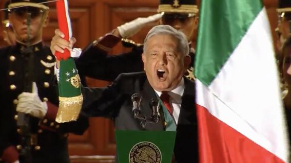 """Con """"vivas"""" a los héroes anónimos y a la democracia, AMLO da su primer Grito de Independencia"""