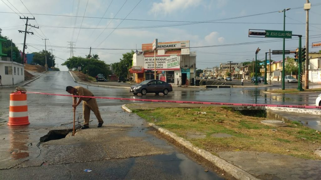 Se abre socavón en Avenida Las Torres de Tampico