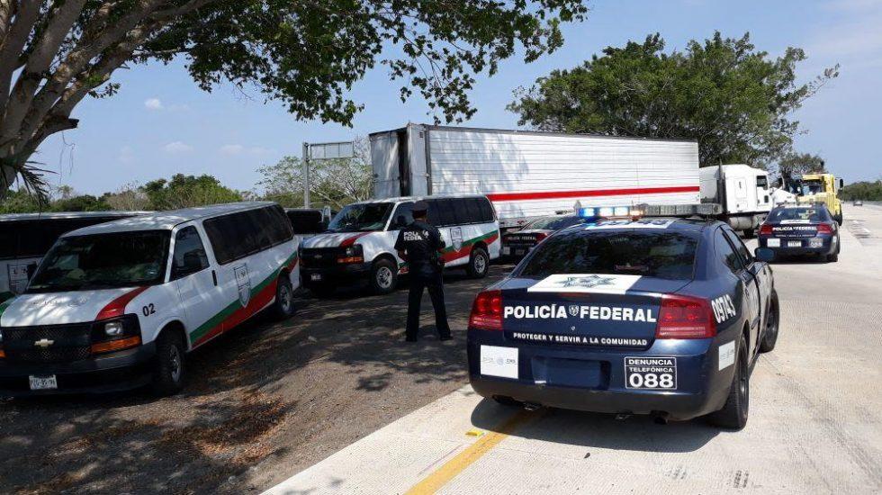 Rescatan a 136 migrantes de tráiler varado en Veracruz