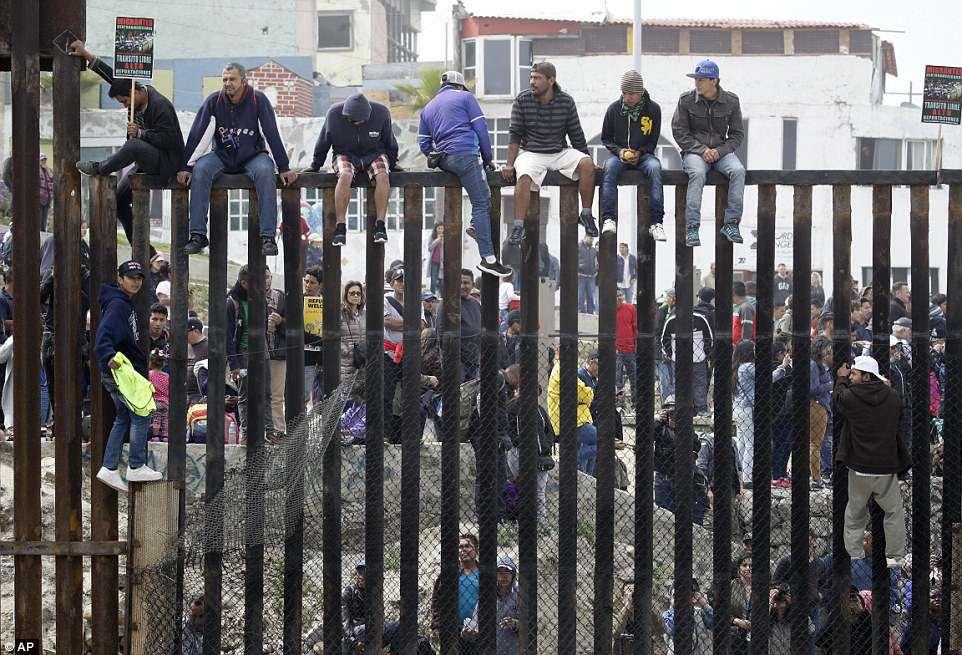 """Caravana de migrantes """"toca la puerta"""" de EE.UU."""