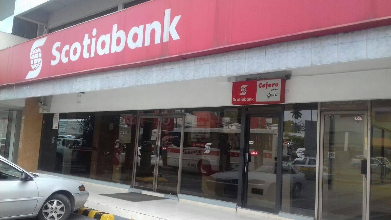 Cuchillo en mano asaltan un banco