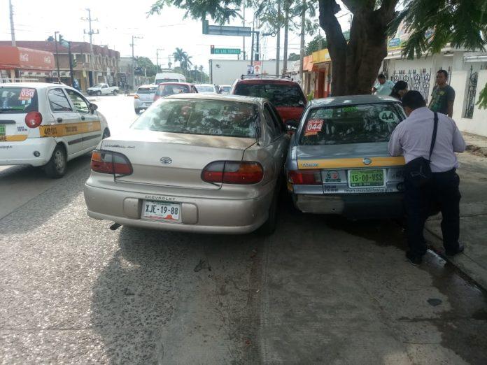 Se desmaya al volante; choca a 2 estacionados