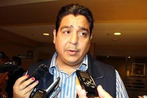 Le entra Ismael Cabeza de Vaca al debate en el Senado.