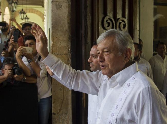 Reconoce López Obrador austeridad de Yucatán