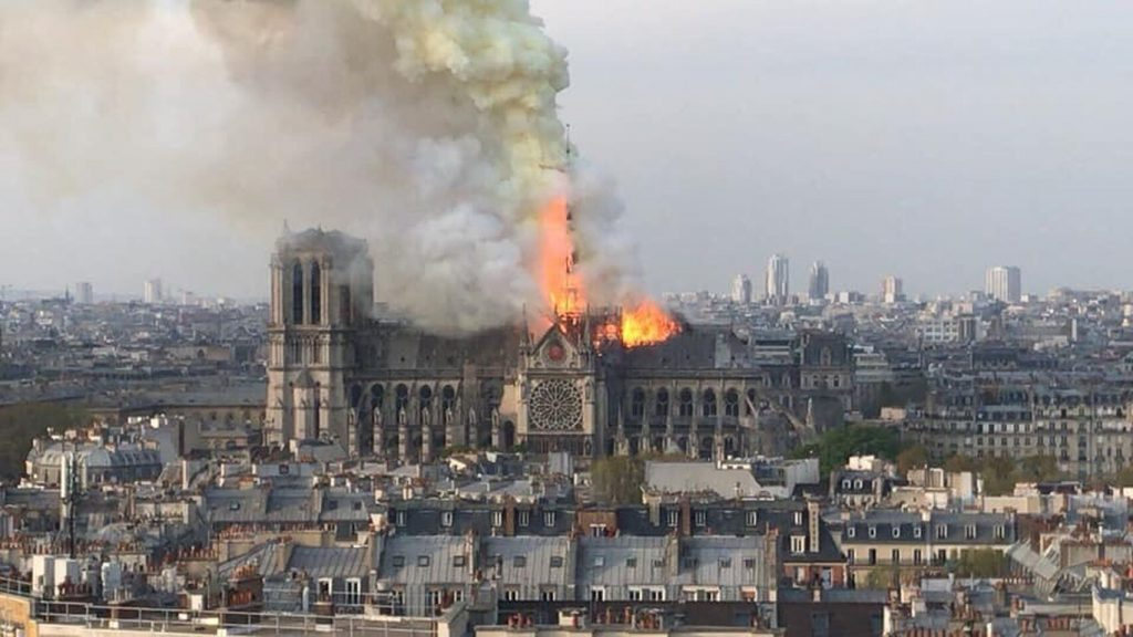 Se incendia Catedral de Notre Dame en París