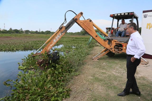 Beneficia Oseguera a miles de familias con desazolve de lagunas