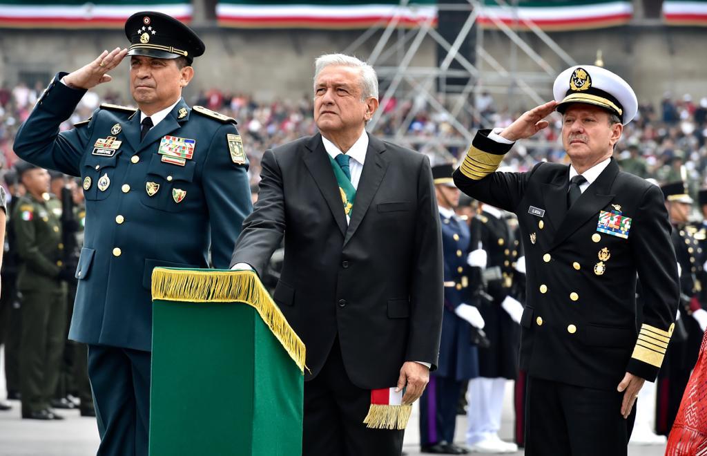 López Obrador pasa revista a tropas en el Zócalo