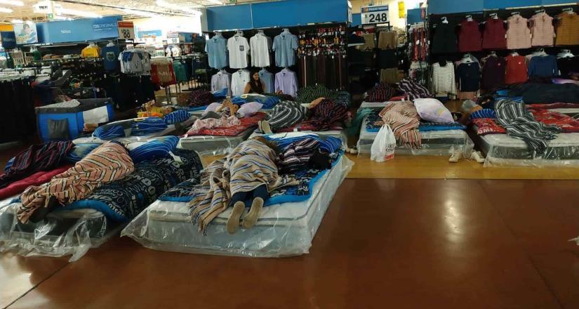 Por balaceras, duermen clientes dentro de Walmart en Culiacán