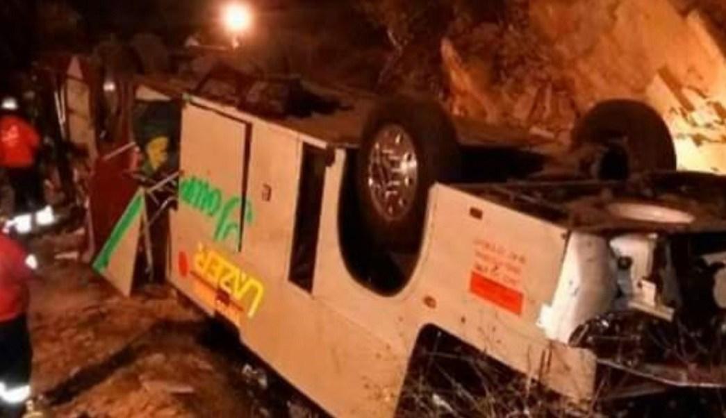 Autobús cae a barranco en Chiapas