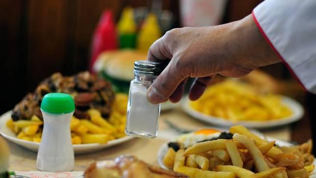 Por ley quitarán saleros y azúcar en mesas de restaurantes, par evitar enfermedades