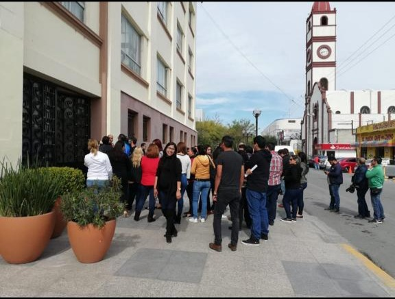 Empleados del Seguro Popular protestan frente a Palacio de Gobierno de Victoria